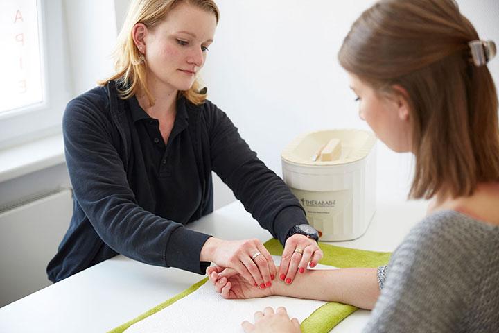 16-handtherapie-von-freundlicher-mitarbeiterin-in-bonn